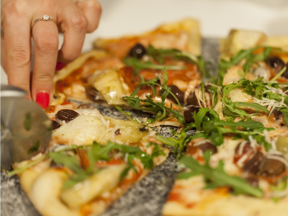 Kamień do pieczenia pizzy z łopatką. Jasny włoski granit naturalny