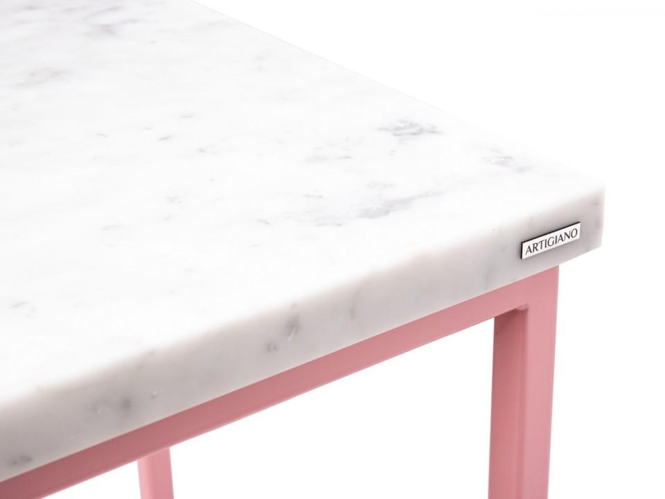 Różowy stolik na lampę Pink Tower z blatem z białego kamienia.