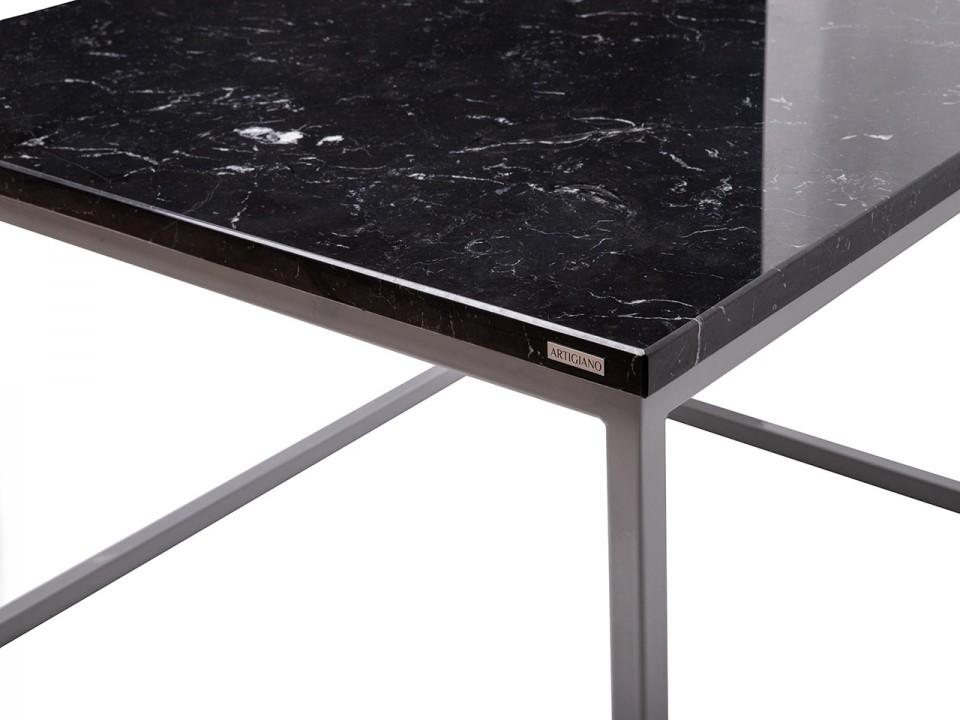 Marmurowy stolik kawowy połączony ze stalą.