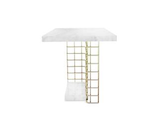 Mały stolik narożny w stylu loftowym z marmurowym blatem.