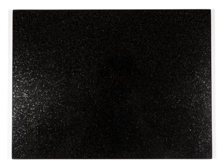 Jednolity czarny kamień. Głęboka, błyszcząca czerń i drobniutkie jasne ziarno.