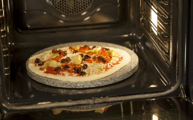 Pizza pieczona na kamieniu granitowym w piekarniku