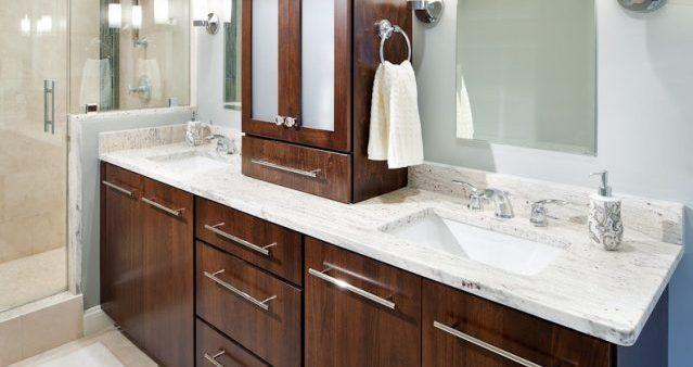 Jasny granit wykorzystany jako blat łazienkowy. Piękny, łatwy w czyszczeniu i sterylny.