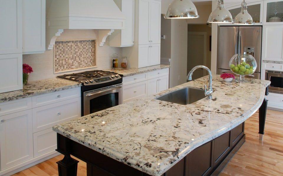 Granit użyty jako wyspa kuchenna wraz z otworem na podwieszony zlew.