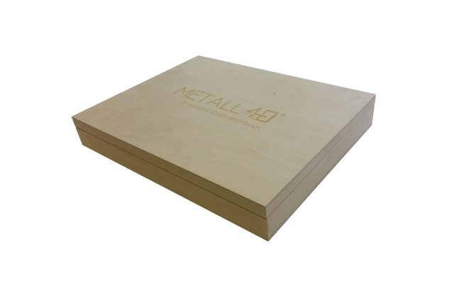 Personalizowane pudełko z wygrawerowanym logo.