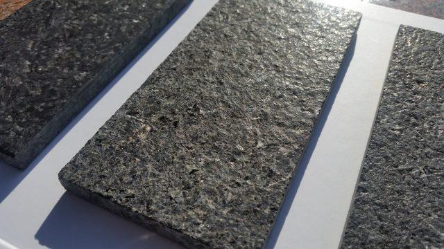 Kamień poddany obróbce palnikiem oraz wygładzony szczotkami.