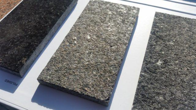 Kawałek płomieniowanego granitu