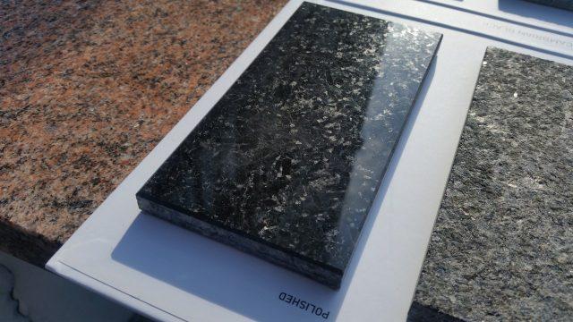 Próbka wypolerowanego czarnego kamienia