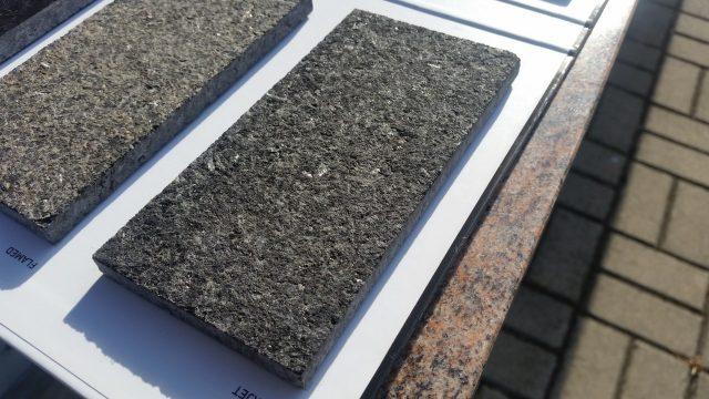 Chropowaty i antypoślizgowy granit po obróbce wodą.